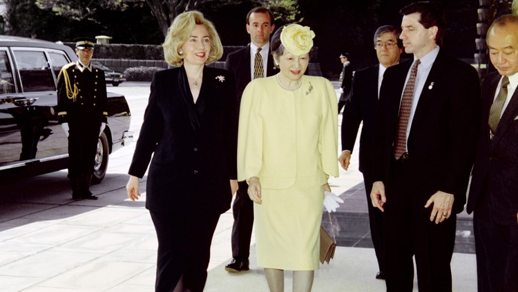 US First Lady Hillary Clinton (L) and Empress Michiko (R) enter the Imperial Palace on April 17, 1996. The First Lady is accompanying President Bill Clinton on a three-day state visit. (Photo: TORU YAMANAKA/AFP/Getty Images)