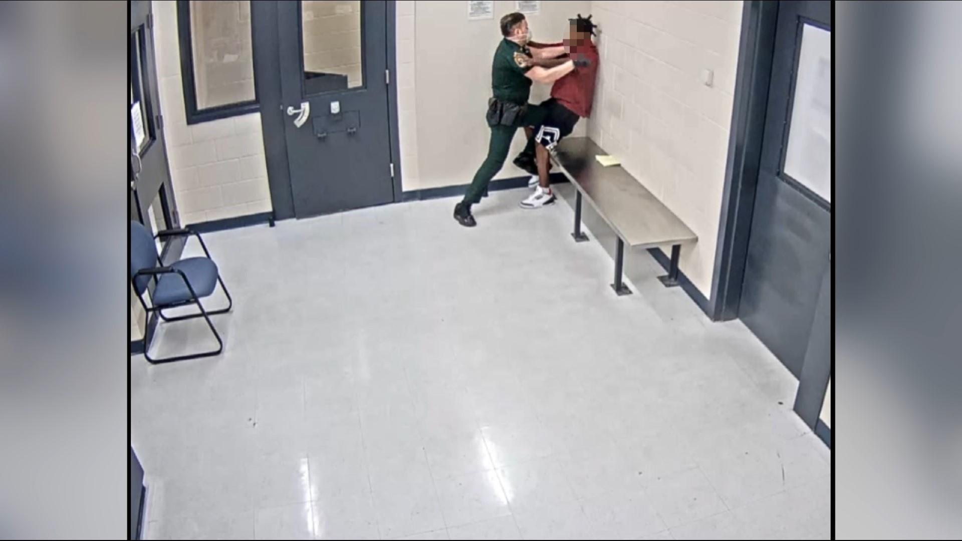 Sarasota Deputy On Leave After Struggle With Teen Inmate Wtsp Com