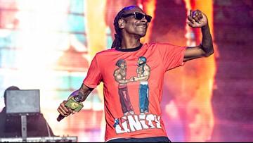 Snoop Dogg performing at Tampa Bay pool party