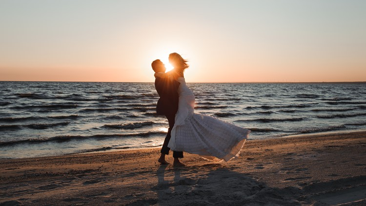 Engaged couples flock to Tampa Bay for pandemic weddings