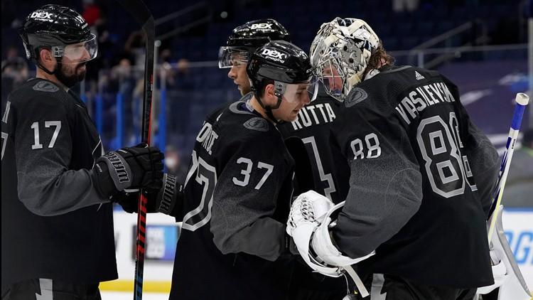 Vasilevskiy wins 11th straight, Lightning beat Blackhawks